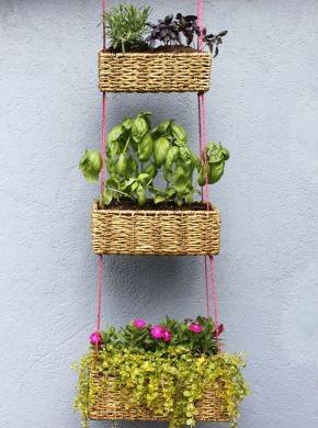 Este jardim suspenso com cestas é lindo e fácil de ser feito (Foto: abeautifulmess.com)