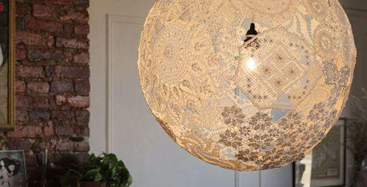 Esta luminária chic para decorar ambientes é muito fácil de ser feita (Foto: academiacraft.com)
