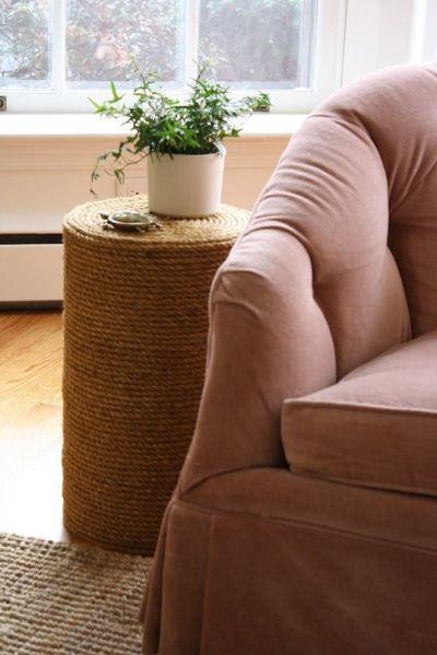 Esta mesa lateral barata é ótima opção de item decorativo (Foto: apartmenttherapy.com)