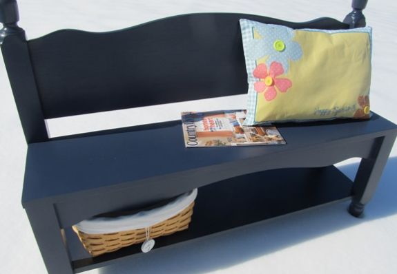 Reaproveitar uma cama velha de madeira e transformá-la em banco é ótima opção para a área externa de seu lar (Foto: myrepurposedlife.com)