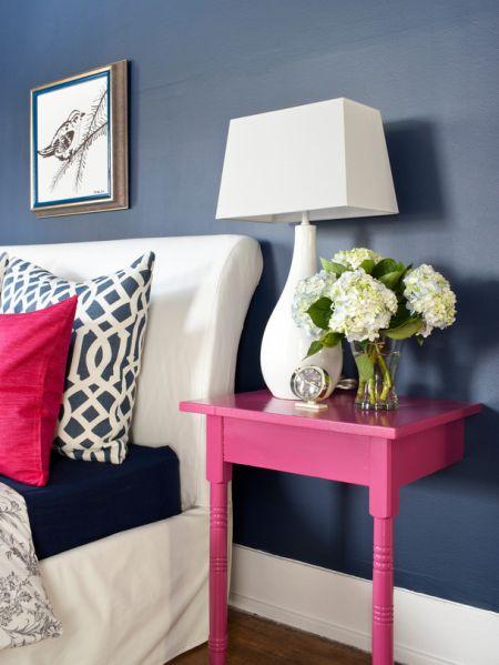 Transformar uma mesa em criado-mudo, além de sustentável ainda garante diferenciação para o seu quarto (Foto: refurbished-ideas.com)