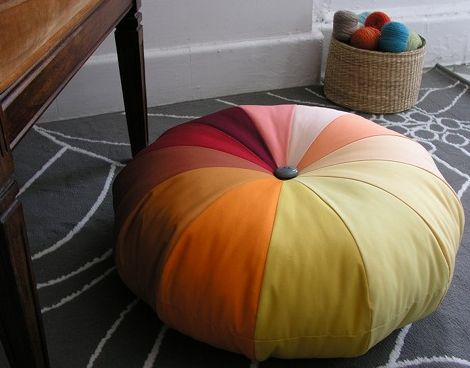 Puff colorido de tecido repagina a maioria das decorações (Foto: designsponge.com)