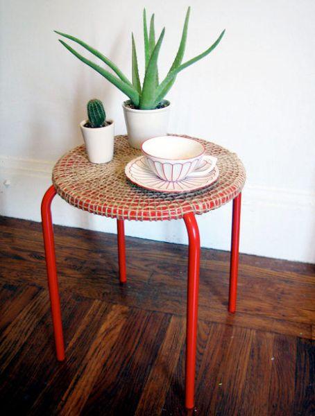 Transformando um banquinho em mesa você economiza, mas repagina o décor (Foto: designsponge.com)
