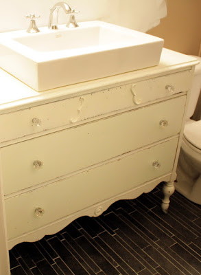 Reaproveitar uma cômoda antiga no banheiro faz você economizar (Foto: thesimplecraftdiaries.blogspot.com.br)