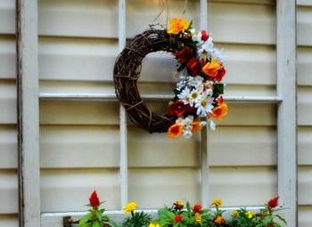 Como usar uma janela antiga na decoração externa