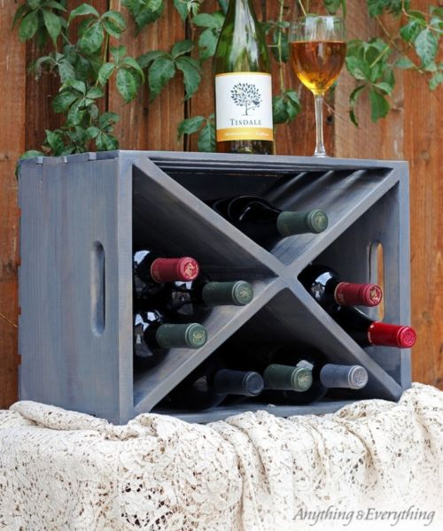Suporte para vinhos de caixa de madeira é útil e também uma bela peça de decoração (Foto: myanythingandeverything.com)