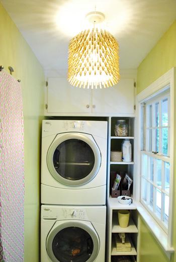 É muito fácil fazer esta luminária de prendedor de roupas (Foto: younghouselove.com)
