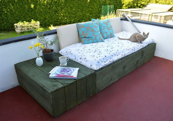 Com esta decoração com pallets você vai relaxar muito mais em seu quintal ou jardim (Foto: lovelygreens.com)