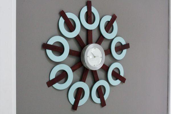 Relógio de parede personalizado é diferente, é lindo e sofisticado e fica bem em qualquer espaço (Foto: modhomeec.com)