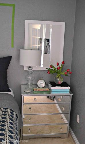 Personalize uma cômoda pequena transformando em criado-mudo (Foto: thesteenstyle.com)