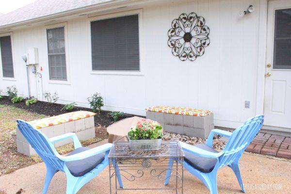 Banco de blocos de concreto na decoração do jardim renova e repagina (Foto: likeasaturday.com)