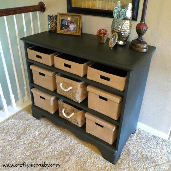 Reutilizar uma cômoda com gavetas quebradas é ótima opção para ganhar mais espaço em casa (Foto: craftyincrosby.com)