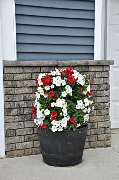 Decoração com torre de flores pode até ficar dentro da sua casa (Foto: decorandthedog.net)