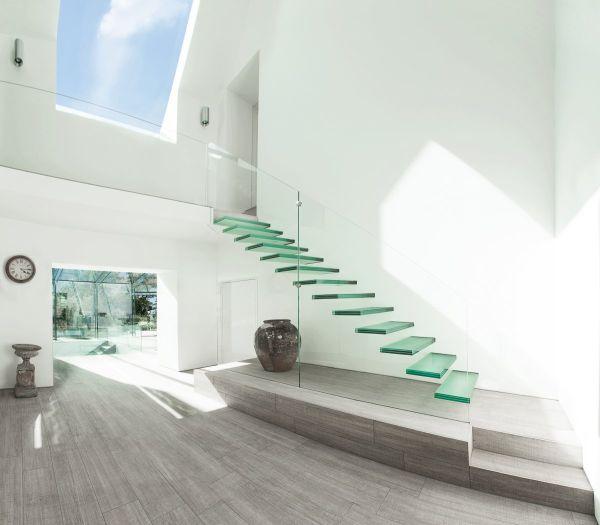 Invista nas ideias de escadas com corrimão de vidro para deixar o seu lar com visual mais sofisticado (Foto: homedit.com)