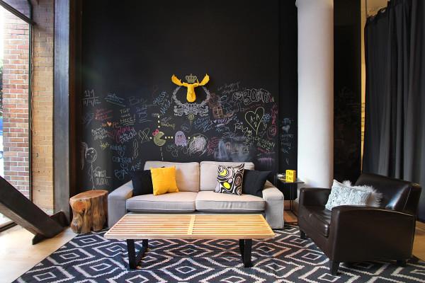 Paredes decoradas com giz decoram e divertem todo o espaço (Foto: modernhomeinteriordesign.com)