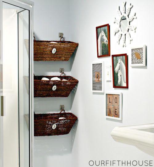 Banheiro decorado com caixas de vime é também funcional (Foto: ourfifthhouse.com)