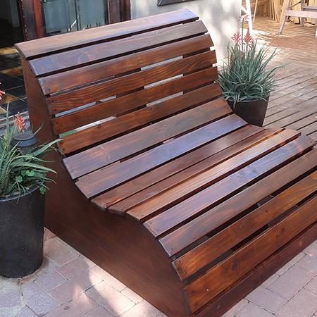 Invista em banco de jardim de madeira para passar momentos relaxantes na parte externa de sua casa (Foto: hometalk.com)