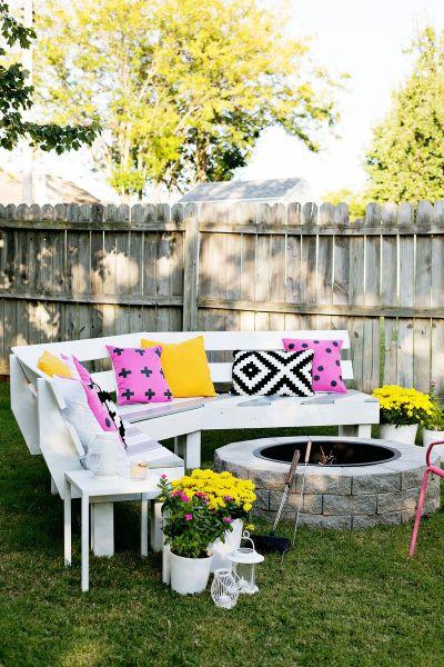 Banco de madeira para decorar o jardim vai deixar a área externa de sua casa muito mais aconchegante (Foto: abeautifulmess.com)