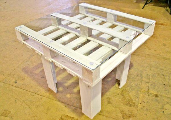 Mesa de pallet na decoração é diferente, mas muito interessante (Foto: diyinspired.com)