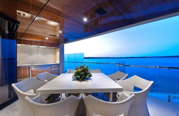 Varandas decoradas com móveis de vime são agradáveis e lindas (Foto: homedit.com)
