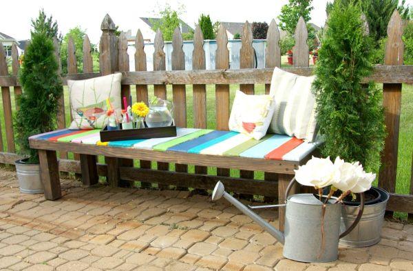 banco de jardim fazer:Banco colorido para jardim é lindo e sustentável (Foto: homedit.com)