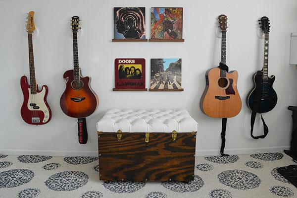 Decoração com baú de madeira reformado pode frequentar qualquer espaço (Foto: sarahsbigidea.com)