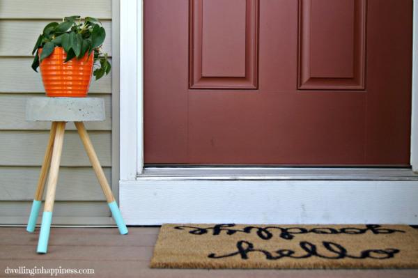 Esta decoração com suporte para plantas na varanda é linda e fácil de ser conseguida (Foto: dwellinginhappiness.com)