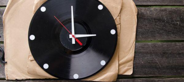 Aproveitar disco de vinil na decoração é uma atitude sustentável e muito inteligente nos dias de hoje (Foto: blahblahmagazine.com.au)