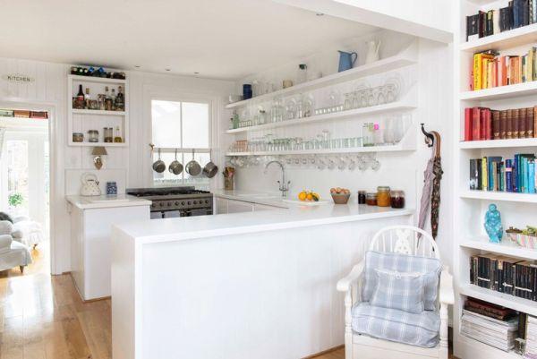 A decoração de cozinha pequena com prateleiras pode ser muito interessante (Foto: casabemfeita.com)