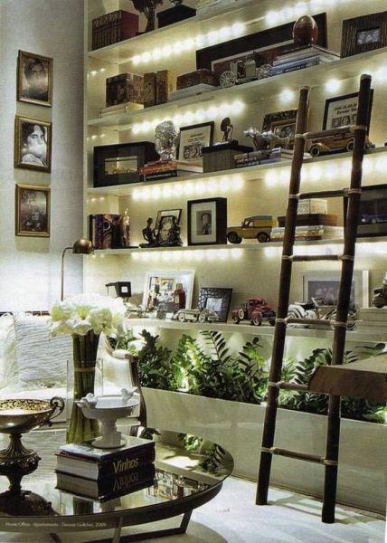 Decorar uma estante de sala de estar pode também ser divertido (Foto: pinterest.com)
