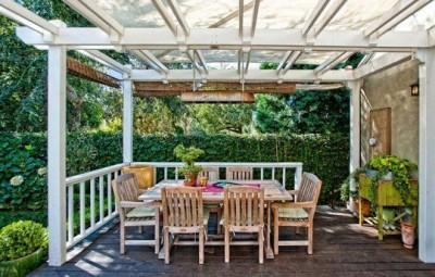 A decoração com cortinas de bambu é diferente, mas linda (Foto: apartmenttherapy.com)