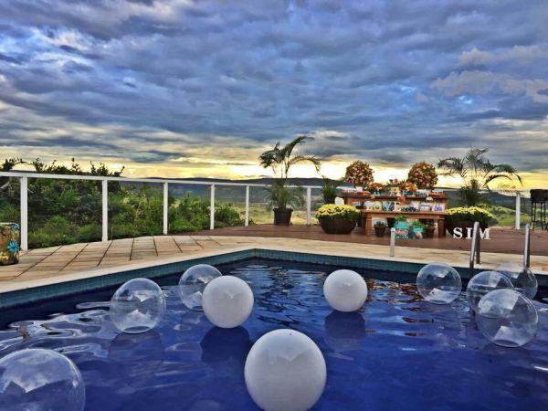 Invista pesado em decoração de piscina para festa de réveillon, para aproveitar ao máximo a data (Foto: prontaparaosim.com.br)