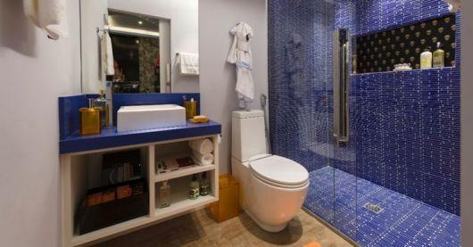 Não faltam ideias para decoração de banheiros na cor azul, escolha a sua favorita (Foto: casaeconstrucao.org)