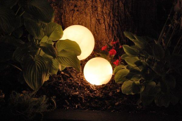 Faça você, em casa, luminárias para decorar jardim, para repaginar o décor da área externa de seu lar (Foto: thecraftiestcouple.com)