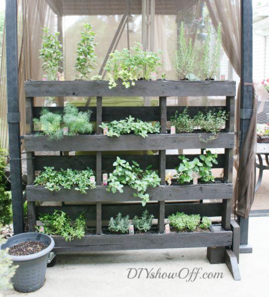 Decoração com pallets para jardim é a melhor alternativa em épocas de planeta poluído (Foto: diyshowoff.com)