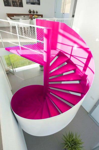 A decoração para escadas internas pode fazer verdadeiros milagres pelo restante do décor do ambiente (Foto: pinterest.com)