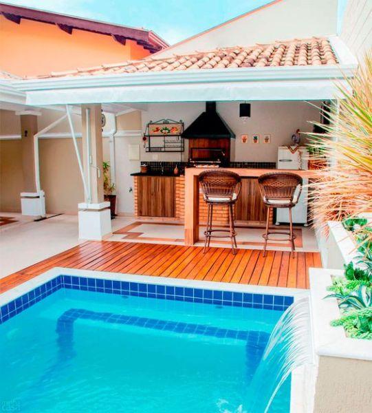 A decoração de área externa pequena com churrasqueira deve também deixar o ambiente acolhedor e aconchegante (Foto: pinterest.com)
