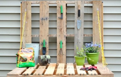 Esta mesa de jardinagem com pallets pode também ser pintada com a cor de sua preferência (Foto: jennaburger.com)