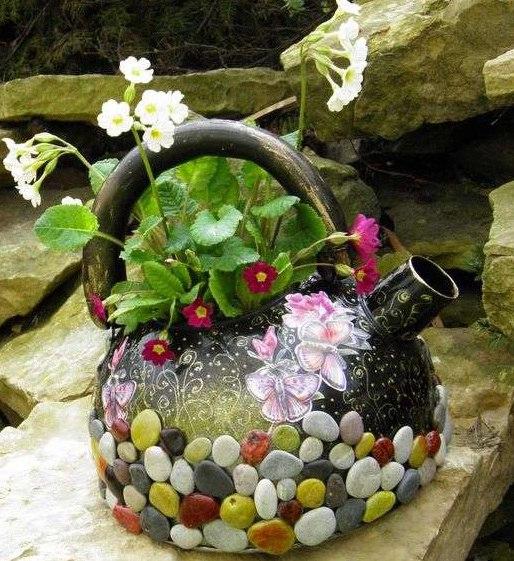 Esta diferente decoração artesanal com bule antigo sempre chama a atenção por onde passa (Foto: fabartdiy.com)