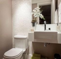 Capriche na decoração de banheiro pequeno de apartamento, para deixar o ambiente mais bonito (Foto: pinterest.com)