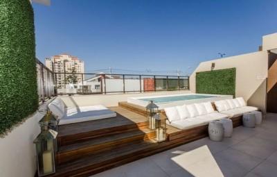 Os projetos de piscinas pequenas com deck valorizam a parte externa do seu lar (Foto: pinterest.com)