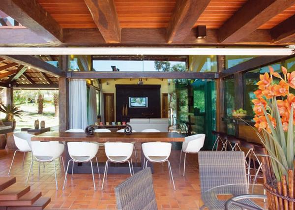 varanda decorada com mesa