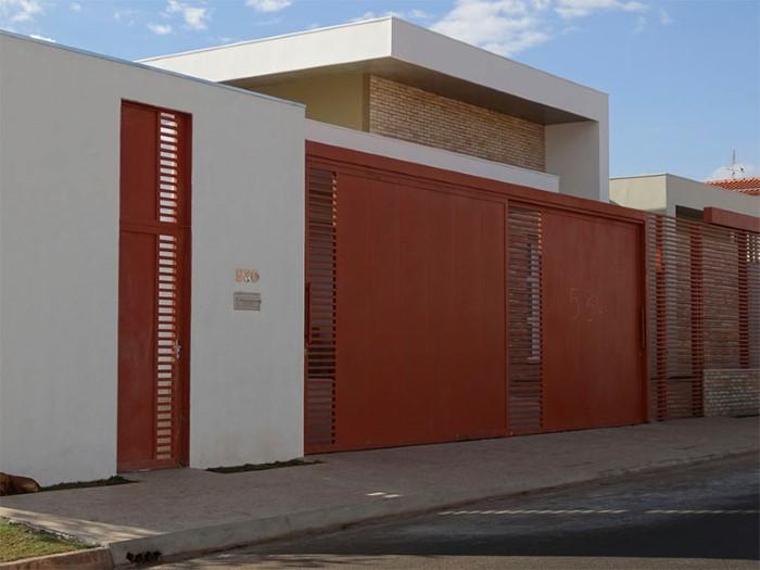 portao de metalon vermelho