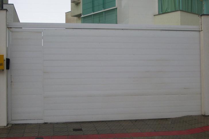 portão residencial totalmente fechado