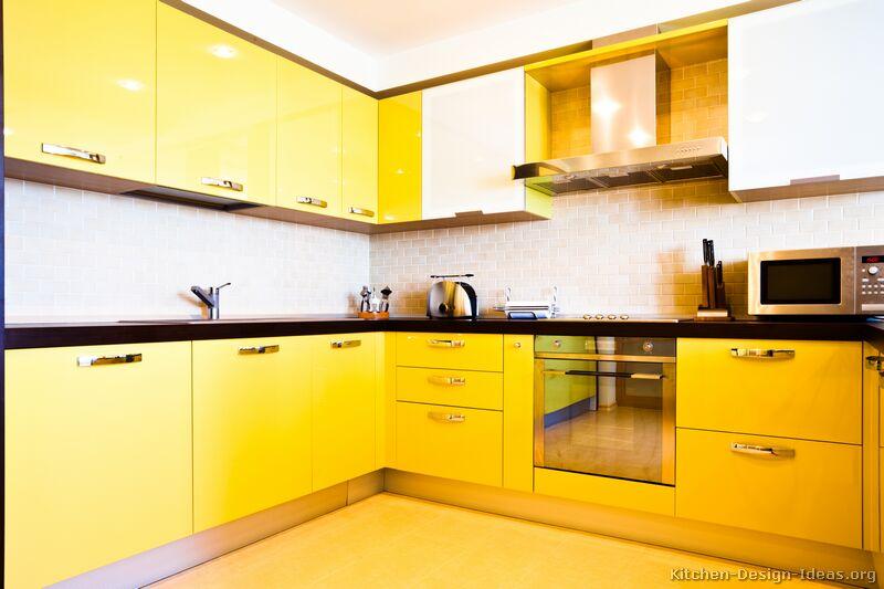 cozinha amarela com inox