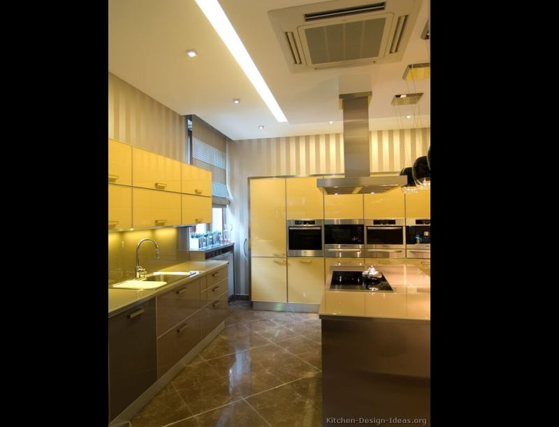 cozinha amarela com piso estampado