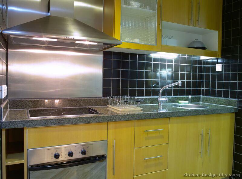 cozinha amarela com armarios