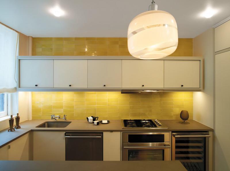 cozinha amarela com azulejos