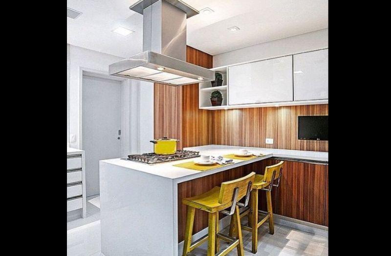 cozinha amarela com cadeiras