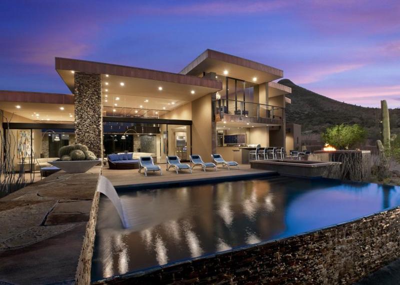 piscina com pedras e cascata